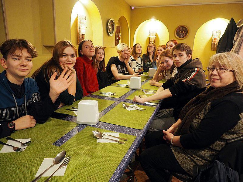 """Участники гастрольной поездки в гостях кафе """"Двина"""". Ждем обед."""